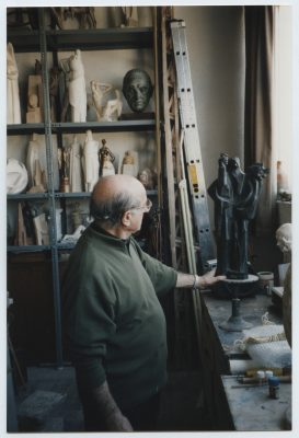 1995.4. JHC, mirando El Profeta que dona al Museo Provincial de Jaén a través de su director José Luis Chicharro, 29 de febrero de 1995