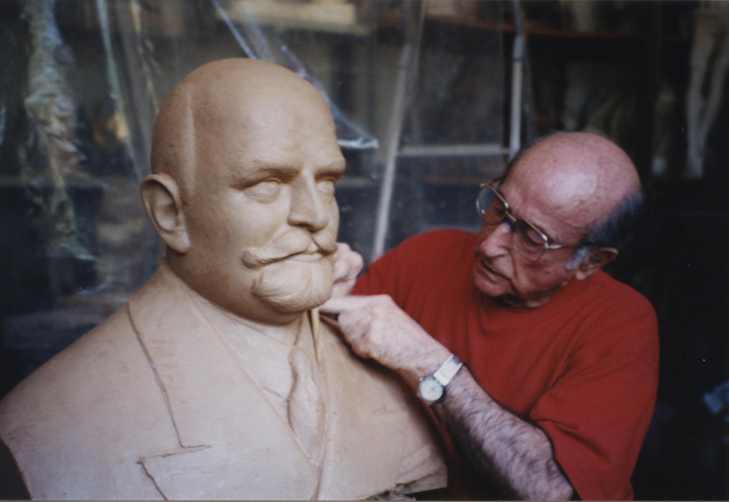1998.1. JHC modelando en barro el Busto del aviador y marino Pedro María Cardona Prieto, bronce, mayor del natural. 1998