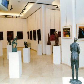"""2000. Exposición """"Tres Generaciones"""", en Caja Madrid, Barcelona. JHC expone 37 esculturas junto a pinturas y grabados de su hija Ana Higueras y su nieto Jaime Del Va. Barcelona 16 de febrero de 2000l"""