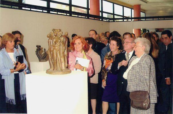 2001.2. JHC con su mujer, Ana, su hija Lola y la Consejera de Cultura, Carmen Calvo, en la Inauguración Exposición Antológica JHC, en el Edificio Zabaleta de la Universidad de Jaén, 7 de octubre de 2001